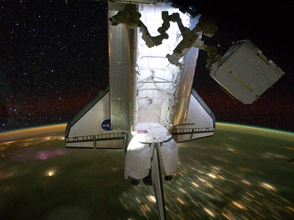 space-shuttle-endeavour-final-mission-landed-over-earth-night