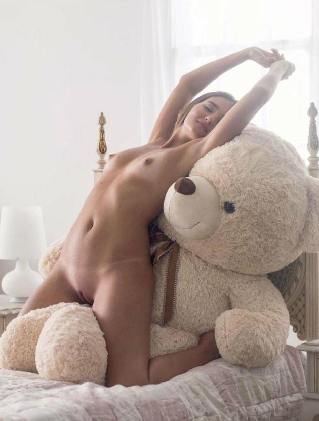 ставят голые девушки с мягкими игрушками фото тоже