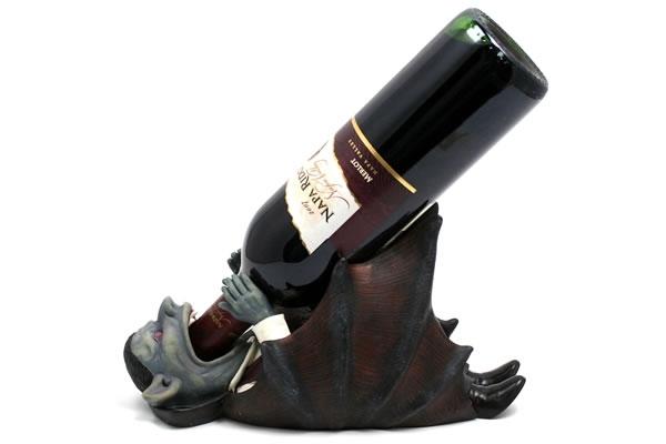 Vampiro sostiene botella
