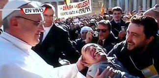 papa francisco besando a un enfermo